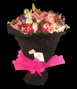 cod 203 - Ramo redondo multicolor flores varias en tonos rosados con liliums y papel crep importado. Colores a elección
