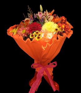 cod 212 - Ramo redondo con flores varias en tonos naranjas, liliums, gerberas, pumitas rosas, etc. Papel crep a tono