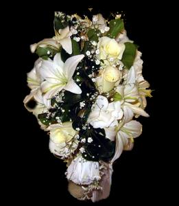 cod 423 - Ramo con caida con liliums, liciantus y rosas blancas