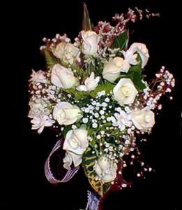cod 425 - Ramo con caída, con rosas blancas, nardos y follaje al tono