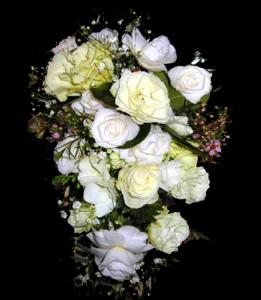 cod 426 - Ramo con caída, con rosas blancas, camelias y rosas blancas