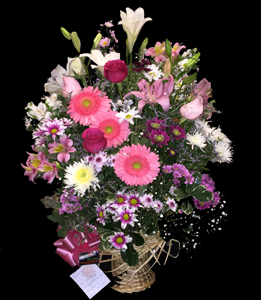 cod 305 - Canasta en tonos rosados con gerberas fucsia, liciantus, azucenas, rosas, margaritas, pumitas, astromelias, reina margaritas y follaje al tono