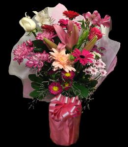 cod 307 - Canasta en tonos rosados con gerberas fucsia, liciantus, azucenas, rosas, margaritas, pumitas, astromelias, reina margaritas y follaje al tono