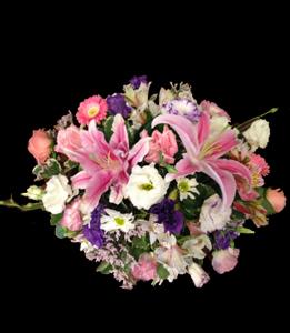 cod 321 - Centro grande con liliums, rositas, liciantus y flores varias en tonos rosados