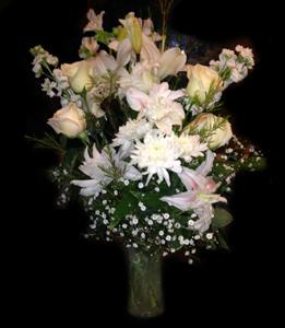 cod 323 - Florero con gerberas, liliums, delfi y rosas en tonos blancos