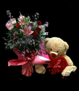 cod 324 - Florero con liliums, rosas, liciantus y oso con corazón